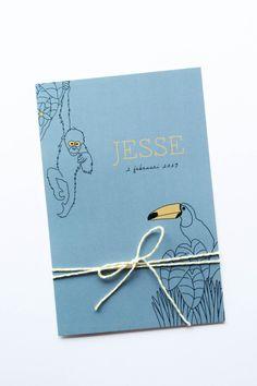 Enkel okergeel en denim blauw geboortekaartje voor Jesse. Met toekan en een aapje. Ontwerp door Leesign #geboortekaartje #dieren #silhouet