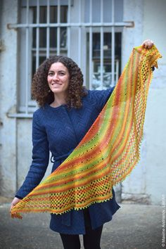 Châle «11.11» se tricote en allers-retours. Le modèle est assez simple, accessible aux débutants. Tailles: 180×35 cm environ Fournitures: laine «Jawoll magi…