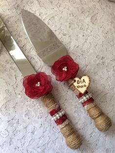 This burlap cake knife and server set will be a charming addition to your rustic, beach, country, shabby chic or outdoor wedding. Stainless steel knife and server is wrapped with burlap twine, pearls and lace with a small touch of bling. Set is adorned with a handmade chiffon and lace flower in your choice of color. Shown in #48/burgandy.  ALSO available with a rustic wooden engraved charm. Make selection at checkout and if you would like the charm added please message me to let me know your…