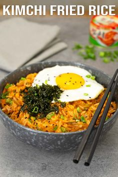 Easy and fast kimchi fried rice recipe. It's delicious and also a perfect choice if you're new to Korean food. Perfect to finish up the leftover rice. Jasmine Rice Recipes, Cooking Jasmine Rice, Easy Asian Recipes, Healthy Recipes, Ethnic Recipes, Rice For Paella, Sriracha, Carrots And Green Beans, Kimchi Fried Rice