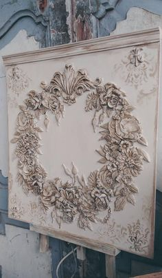 French décor panel with floral wreath ornaments - This beautiful French Decor wall board I made with great love of flowers of clay and made a wreath - French Decor, French Country Decorating, Egg Carton Crafts, Iron Orchid Designs, Ornament Tutorial, Wreath Tutorial, Gris Rose, Decoupage, Shabby Vintage