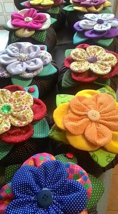 Best 12 Cloth flower making is fun and easy. These cloth flowers look so pretty and are great for adding to brooches, hair clips and necklaces. Dyi Crafts, Wreath Crafts, Flower Crafts, Fabric Crafts, Sewing Crafts, Sewing Projects, Fabric Flower Pins, Fabric Flower Tutorial, Fabric Ribbon