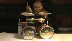 Bebé de 8 meses baterista de heavy-metal