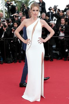 White one-shoulder dress worthy of the dress carpet.