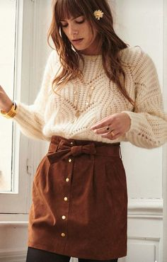 Trapeze skirt in camel suede + cream knit sweater + black tights = stylish mix - Magnet Mode City Mode Outfits, Skirt Outfits, Casual Outfits, Fashion Outfits, Womens Fashion, Fashion Clothes, Fashion Ideas, Fall Winter Outfits, Autumn Winter Fashion