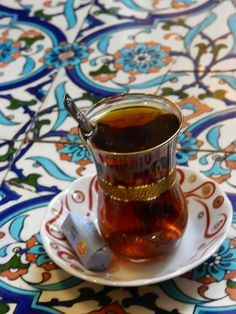 Çay keyfimiz çok başkadır bizim. Bardağın en güzelini tabağın en endamlısını  severiz sanat icra eder gibi çay demler içeriz