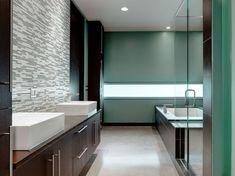meuble salle de bains bois à poignées chromées mat et mosaique