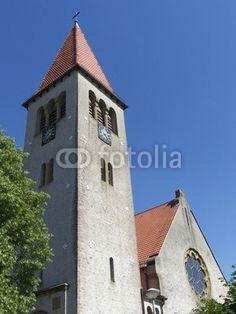 Kirchturm und Kirchenschiff der evangelisch-reformierten Kirche in Helpup bei Oerlinghausen in Ostwestfalen-Lippe
