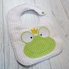 Craft Ideas Diy Crafts For Home diy craft projects home decor Quilt Baby, Baby Sewing Projects, Sewing For Kids, Baby Kind, Baby Love, Diy Bebe, Bib Pattern, Toddler Themes, Baby Couture