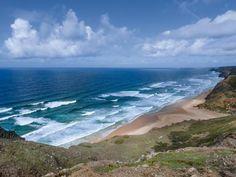 Weiter einsamer Strand und unaufhörlich rollende Wellen: An der Praia da Cordoama finden Surfer ideale Bedingungen.