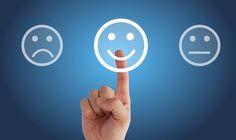 Männer und Frauen lesen Emotionen unterschiedlich: trauriger, glücklicher und neutraler Smiley, Finger drückt auf fröhlichen