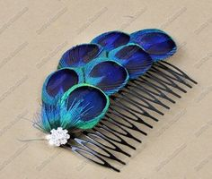 peacock feather hair comb - replace diamond with flower Peacock Crafts, Feather Crafts, Feather Jewelry, Hair Jewelry, Feather Hair, Peacock Hair, Peacock Feathers, Feathered Hairstyles, Diy Hairstyles