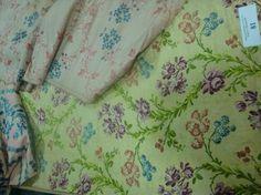 Trois beaux lampas brochés « pour la robe », vers 1750- 1760. L'un liseré et broché fond satin vert anis, rivière de feuillage brochés en dégradés de verts avec fleurs mauves, framboise et petites bogues bleues ; 55 x 145 cm ; les deux autres fond taffetas rose vif et rivières de rubans ou fleurettes bleu (lisières conservées, bel état).