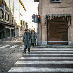 Anziano attraversa sulle strisce pedonali