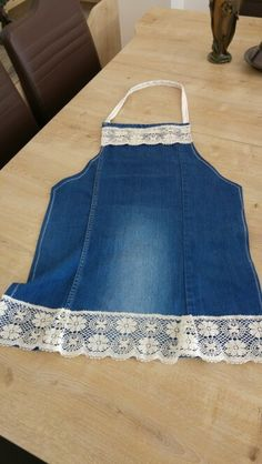 A denim jeans makeover apron. Diy Jeans, Recycle Jeans, Sewing Hacks, Sewing Projects, Jean Apron, Denim Ideas, Denim Crafts, Sewing Aprons, Aprons Vintage
