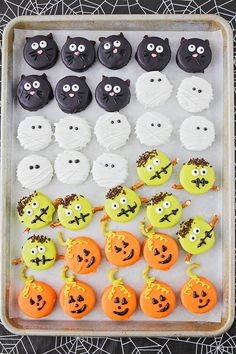 Halloween Oreos These adorable and delicious Halloween Oreos are so fun to decorate! The post Halloween Oreos appeared first on Halloween Desserts. Plat Halloween, Halloween Oreos, Halloween Treats For Kids, Halloween Sweets, Spooky Treats, Halloween Goodies, Halloween Cupcakes, Spooky Halloween, Halloween Recipe