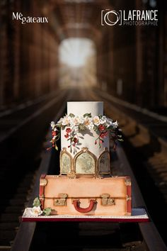 Vintage train wedding cake by Mé Gâteaux… Themed Wedding Cakes, Themed Cakes, Cake Wedding, Beautiful Wedding Cakes, Gorgeous Cakes, Fancy Cakes, Cute Cakes, Luggage Cake, Bolo Floral