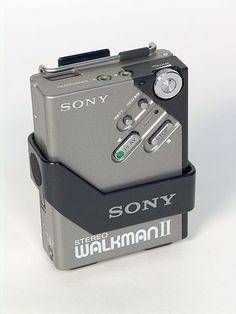 Walkman (1979) El walkman era un reproductor de audio estéreo portátil lanzado al mercado por la compañía japonesa Sony en 1979. El walkman permitía obtener calidad de sonido,a traves de cascos estereos,similar a la de un equipo casero, sin ser tan voluminoso. La amplia difusión del walkman también cambió radicalmente el negocio de los viejos tocadiscos y le dio el primer golpe al disco de vinilo,ya que el casete era más fácil de reproducir y más barato. El walkman es todo un símbolo de los…