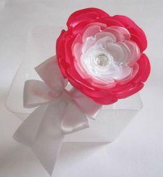 Tiara forrada com fita de cetim, com uma flor de cetim rosa e branca, um laço de cetim branco.