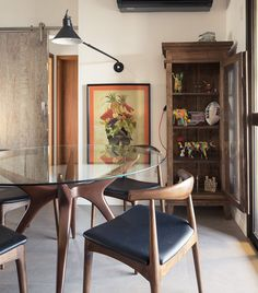 Decoração descolada. Veja: http://www.casadevalentina.com.br/projetos/detalhes/clima-descolado-em-85m--557 #details #interior #design #decoracao #detalhes #decor #home #casa #design #idea #ideia #charm #modern #moderno #charme #casadevalentina #diningroom #saladejantar