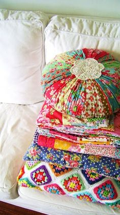 of happiness! * crochet granny square afghan, quilt in bright colors, scrap fabric round pillow * bliss!Pile of happiness! * crochet granny square afghan, quilt in bright colors, scrap fabric round pillow * bliss! Sewing Crafts, Sewing Projects, Crochet Granny Square Afghan, Square Blanket, Old Suitcases, Deco Boheme, Round Pillow, Fabric Scraps, Scrap Fabric