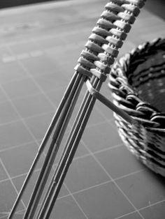 BluReco: Kurczak, zając i tygrys Newspaper Basket, Newspaper Crafts, Paper Weaving, Loom Weaving, Sewing Baskets, Wicker Baskets, Types Of Weaving, Willow Wood, Basket Tray