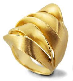 Um belo anel se impõe mesmo estando só.