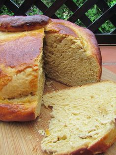 Ana Miúda: Folar de Pascoa com erva-doce Portuguese Sweet Bread, Portuguese Desserts, Portuguese Recipes, Kinds Of Desserts, No Cook Desserts, Food Cakes, Brazillian Food, Wine Recipes, Cooking Recipes