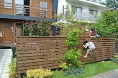 木の家の暮らし方@ワンダーデバイス: ワンダーデバイスの庭、外構 Decks, House Built, House Entrance, Deck Design, Interior Styling, Fence, My House, Facade, Porch