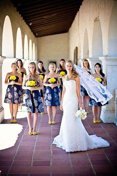 Damas de honor con vestidos estampados