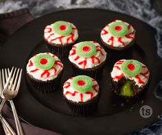 Your kids or Halloween party guests will love these spooky cupcakes.  #halloween #cupcakes #scary TSbyJacki.com