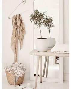 """O branco garante certo toque de leveza a qualquer ambiente além de ser atemporal e superelegante. Para seguir um estilo mais """"off white"""" cores neutras como o cinza e o bege são as alternativas ideais.  #decoracaodeinteriores #decore #inspiration #inspiração #mobly #moblybr #homesweethome #homedecor #comtemporary #livingroom #home #alegria #home #decor #decoração #decoration #lardocelar #casa #lar #meuape #allwhite"""