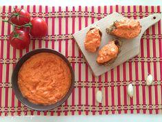 Pikk-pakk összerakható kaja és emellett még isteni finom is. A fetától a paprikakrém könnyed és krémes lesz. A maradék paprikás olajban lepirított kiflikarikákkal enni a legjobb.    Hozzávalók 2 személyre:  2 kaliforniai paprika2 kápia paprika200 g feta sajt3-4 ek. olívaolaj  A…