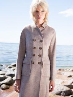 Современный вариант прочтения классики - стильное двубортное пальто прилегающего силуэта, выполненное из шелковистой меланжевой ткани. Модель имеет двубортную застежку на пуговицы, пояс из своей ткани и накладные карманы. Изделие украшено тамбурным швом. Шикарная модель для женщин, разбирающихся в модных направлениях., арт. 3015740p00005, состав: Основная ткань: шерсть 80 %, вискоза 20 %; Подкладка: полиэстер 55 %, вискоза 45 %;