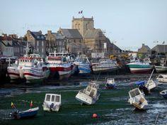 Barfleur : Hábito: pequeñas embarcaciones de recreo durante la marea baja, los barcos de pesca amarrados en el muelle, casas de granito y la iglesia del pueblo, en la península de Cotentin