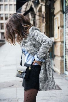 Chemise bleue, mini jupe noire, blazer gris et sac en bandoulière noir #look…