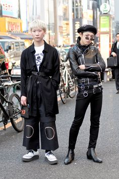 Le meilleur style de rue de la Fashion Week de Tokyo, automne 2017 The street style in Tokyo is in a league of its own, with kids showing off everything from of-the-moment hoodies to clashing prints and rainbow-striped hair. Street Fashion Show, Japanese Street Fashion, Tokyo Fashion, Harajuku Fashion, Punk Fashion, Fashion Week, Trendy Fashion, Fashion Trends, Harajuku Girls