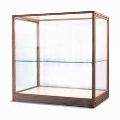 Eiken houten vitrine op maat. Vitrines met slanke profielen uit massief eiken. De ruiten zijn gemaakt van kraswerend (museum-) plexiglas.
