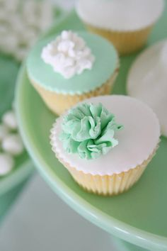 We love how these cupcakes are decorated. Icing doesn't always have to be piped. Try using fondant icing to create a flat base.