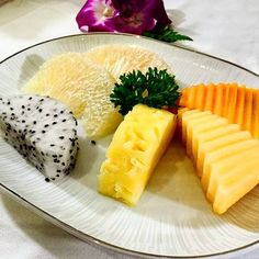 Guess how many kinds of the fruit are there on the plate?  A. 4  B. 5  C. 6   Photo Credit : @wynntg