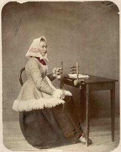 Hårkulla, klädd i folkdräkt från Dalarna, arbetar med hårarbete. Trol. Våmhus.