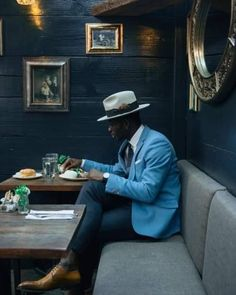 The latest men's fashion including the best basics, classics, stylish eveningwear and casual street style looks. Dapper Gentleman, Dapper Men, Gentleman Style, Preppy Mens Fashion, Mens Fashion Suits, British Mens Fashion, British Style Men, Fashion Black, Fashion Outfits