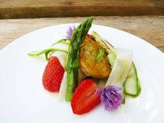 Spargel-Erdbeersalat mit gebratenem Tempeh #Biohotel Falkenhof #vegan und #bio