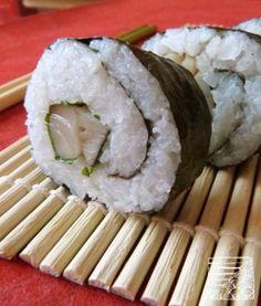 Pour 2 futomaki (4 p. entrée) - 1/2 filet de maquereau - 180g de riz + 20cl d'eau  - 2 CS de vinaigre de riz + 1 cc de sucre  – 2 f.de yakinori de 20 cm de côté. – 6 f.de shiso