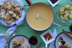 Receita de fondue de queijo e dos acompanhamentos, original suíça com gruyere e emental. Qualquer um faz em casa e pode substituir os queijos.
