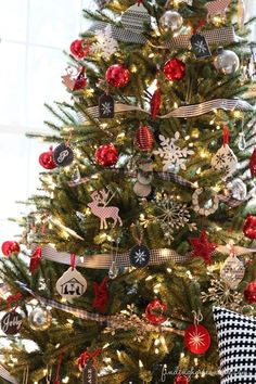 Christmas Tree love the classic look.. Want to do my tree in this style. Creative Christmas Trees, Black Christmas Trees, Decoration Christmas, Beautiful Christmas Trees, Noel Christmas, Decoration Table, Xmas Tree, Winter Christmas, Christmas Crafts