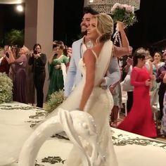 [via @weddingclub_oficial] 👰🏻🎩💙 #CasamentoGLeAS @gusttavolima e @andressasuita já estão oficialmente casados no civil e no religioso, mas, na noite desta segunda-feira, 3, o casal reuniu amigos e familiares para um festão de casamento, onde recebeu uma nova benção. A cerimônia aconteceu na fazenda do sertanejo, em #MinasGerais, e, assim como as outras festividades do casamento, foi de forma discreta e para poucos convidados. ❤️👰🏻🎩 #casamentoGusttavoeAndressa #GusttavoLima #wedding…
