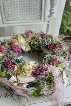 Good No Cost Spring Wreath floral Tips Find a very simple precisely how to assist regarding wreath making and make up a stunning crazy spri Double Door Wreaths, Mesh Wreaths, Wreath Crafts, Diy Wreath, Hortensia Hydrangea, Decoration Inspiration, Style Inspiration, Diy Flowers, Floral Arrangements
