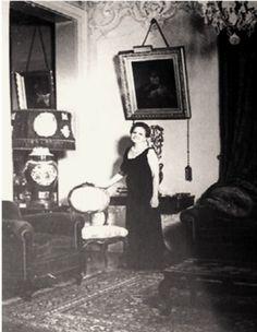 Francisquinha, em 1957, na sala de entrada da mansão.