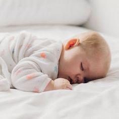Gosto Disto!: Canecas artesanais que vão deixar seu café mais feliz Baby Cribs For Twins, Baby Crib Diy, Baby Baby, Baby Boy Announcement, New Baby Announcements, Jeanne Damas, Baby Dress Tutorials, Baby Girl Crochet Blanket, Baby Clothes Storage